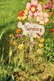 Muestra del jardín, mensaje en una regadera de madera Foto de archivo libre de regalías