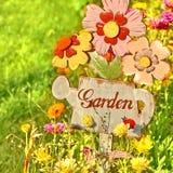 Muestra del jardín, mensaje en una regadera de madera Fotografía de archivo libre de regalías