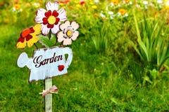 Muestra del jardín, mensaje en una regadera de madera Fotos de archivo libres de regalías