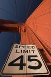 Muestra del límite de velocidad en el puente de puerta de oro Fotos de archivo libres de regalías