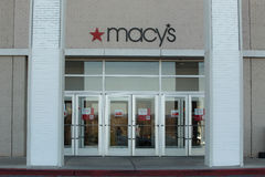 Muestra del logotipo de Macys en la entrada de la tienda Fotos de archivo