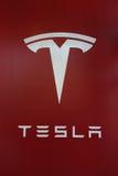 Muestra del logotipo de Tesla en la nueva representación de Tesla Imagen de archivo libre de regalías