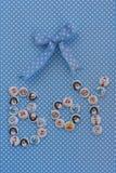 Muestra del muchacho Idea de la fiesta de bienvenida al bebé Fondo azul de puntos de polca fotos de archivo libres de regalías