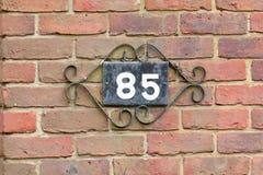 Muestra del número de casa 85 en la pared Foto de archivo