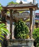 Muestra del negocio de Sari Pertiwi Wood Carving, Juga, Bali, Indonesia foto de archivo