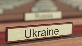 Muestra del nombre de Ucrania entre placas de los países diferentes en la organización internacional libre illustration