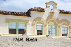 Muestra del Palm Beach en un edificio Imágenes de archivo libres de regalías