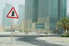 Muestra del paso de peatones del hombre en thobe en Doha Qatar foto de archivo