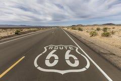 Muestra del pavimento del desierto de Mojave de Route 66 imagen de archivo libre de regalías