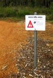 Muestra del peligro - área del riesgo de la roca fotografía de archivo libre de regalías