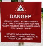 Muestra del peligro al lado de la pista en el aeropuerto de Gustavo III en St Barts, francés las Antillas Imagen de archivo