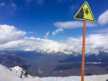 Muestra del peligro en el pico de la montaña en el centro turístico de esquí de Sochi en el Ru Fotografía de archivo