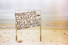 Muestra del peligro en la playa foto de archivo libre de regalías