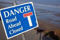 Muestra del peligro para el extremo del camino Fotografía de archivo