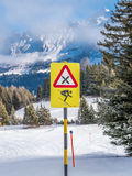 Muestra del peligro para la velocidad en las montañas suizas - 1 Fotos de archivo libres de regalías