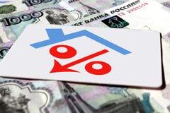 Muestra del por ciento roja con la flecha en el fondo de billetes de banco Imagenes de archivo