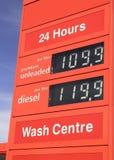 Muestra del precio de combustible de la gasolinera Foto de archivo libre de regalías