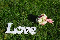 Muestra del ramo del amor y de la boda en un césped verde Foto de archivo