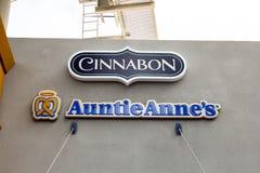 Muestra del restaurante de Cinnabon y de Auntie Anne imagen de archivo libre de regalías