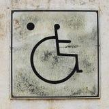 Muestra del retrete de la desventaja de la silla de ruedas fotografía de archivo