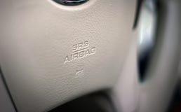 Muestra del saco hinchable de SRS en un volante del coche Imagen de archivo libre de regalías
