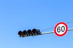 Muestra del semáforo y del límite de velocidad con el cielo azul Fotografía de archivo