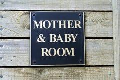 Muestra del sitio de la madre y del bebé Tocador público WC restroom imagen de archivo