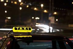Muestra del taxi en la noche Imagen de archivo libre de regalías