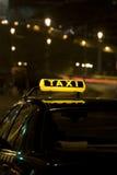 Muestra del taxi en la noche Imagenes de archivo