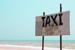 Muestra del taxi en la playa Imágenes de archivo libres de regalías