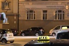 Muestra del taxi encima del vehículo en la noche Imagenes de archivo