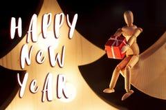 Muestra del texto de la Feliz Año Nuevo en el juguete de madera que da el actual sitti de la caja Fotografía de archivo