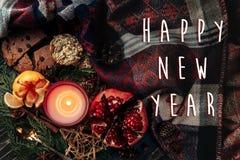 Muestra del texto de la Feliz Año Nuevo en endecha plana de la Navidad elegante con el cand Foto de archivo libre de regalías