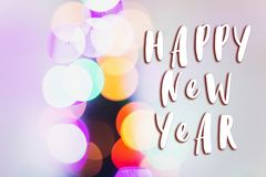 Muestra del texto de la Feliz Año Nuevo en luces de la Navidad coloridas BO brillante Fotografía de archivo libre de regalías