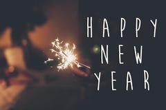 Muestra del texto de la Feliz Año Nuevo, Feliz Año Nuevo y concepto de la Feliz Navidad mano que lleva a cabo la quema Fotografía de archivo