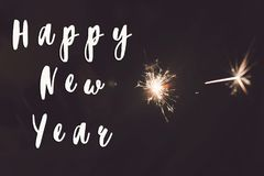 Muestra del texto de la Feliz Año Nuevo, Feliz Año Nuevo y concepto de la Feliz Navidad mano que lleva a cabo la quema Imagenes de archivo