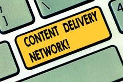 Muestra del texto que muestra Content Delivery Network La foto conceptual geográficamente dispersó la red de la llave de teclado  fotos de archivo libres de regalías