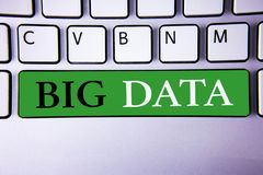 Muestra del texto que muestra datos grandes Foto conceptual una gran cantidad de información que necesita ser analizada por los o Fotos de archivo libres de regalías