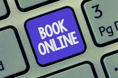 Muestra del texto que muestra el libro en línea Eventos conceptuales de los billetes de avión de los alojamientos de la reserva d fotografía de archivo libre de regalías