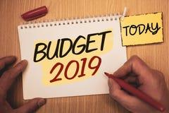 Muestra del texto que muestra el presupuesto 2019 Estimación conceptual del Año Nuevo de las fotos de las rentas y de los costos  Foto de archivo libre de regalías