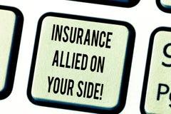 Muestra del texto que muestra el seguro aliado en su lado Teclado disponible conceptual de la ayuda de la seguridad de la foto en foto de archivo