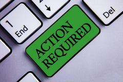 Muestra del texto que muestra la acción requerida El acto importante de la foto conceptual necesitó el inser verde de la tarea de Fotos de archivo