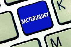 Muestra del texto que muestra la bacteriología Rama conceptual de la foto de la microbiología que se ocupa de las bacterias y de  fotografía de archivo