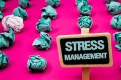 Muestra del texto que muestra la gestión del estrés Pizarra conceptual de la atención sanitaria de la positividad de la relajació imagenes de archivo
