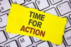 Muestra del texto que muestra la hora para la acción La foto conceptual ahora hace algo para un acto particular del propósito en  Foto de archivo