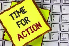 Muestra del texto que muestra la hora para la acción La foto conceptual ahora hace algo para un acto particular del propósito en  Fotos de archivo