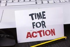 Muestra del texto que muestra la hora para la acción La foto conceptual no sienta iniciativa ociosa de la toma consigue el trabaj Fotografía de archivo libre de regalías