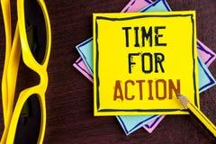 Muestra del texto que muestra la hora para la acción La foto conceptual no sienta iniciativa ociosa de la toma consigue el trabaj Foto de archivo