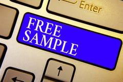 Muestra del texto que muestra la muestra libre Porción conceptual de la foto de productos dados a los consumidores en el teclado  imagenes de archivo