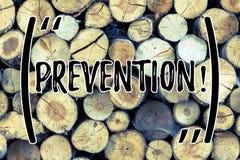 Muestra del texto que muestra la prevención Foto conceptual que para algo de fondo de madera de suceso de la protección de la ate foto de archivo libre de regalías